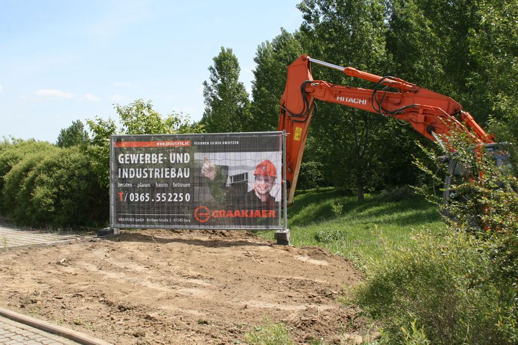 Werbebanner als Bauzaunbanner aus Netzvinyl (Mesh-Netz) für Baustellenwerbung und Sichtschutz am Bauzaun. Format 3400 x 1750 mm.