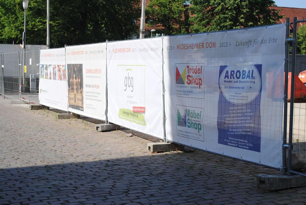 Bauzaunbanner als Bauzaunwerbung und Sichtschutz auf Baustellen - Mesh-Banner / Netzvinyl